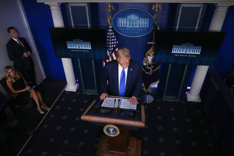 Donald Trump fala a repórteres durante entrevista coletiva na Casa Branca