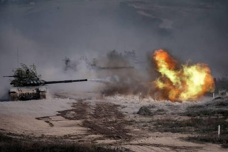 Tanque T-72-B3 dispara durante exercício no campo de Raevski, no sul russo