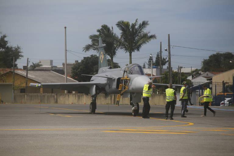 Primeiro caça Gripen faz voo inaugural no Brasil