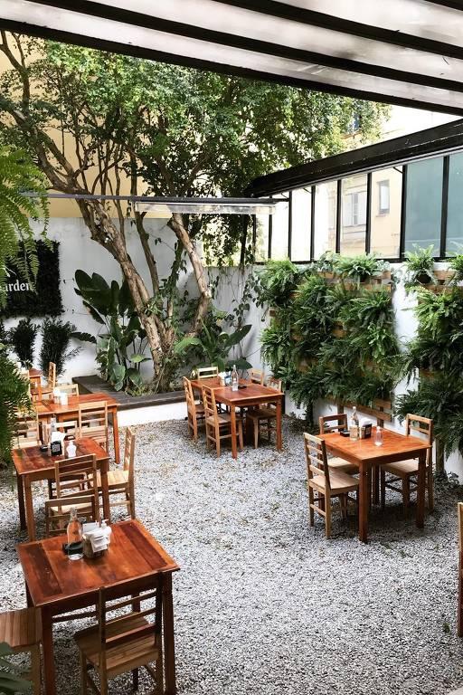 O jardim do bar Botânico, em São Paulo