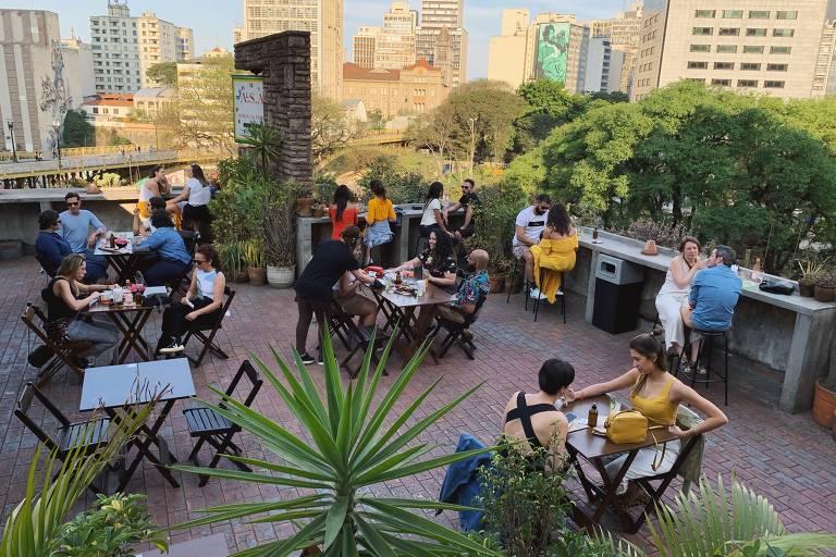 Bares em terraços ou quintais são alternativas para quem quer fugir dos espaços fechados