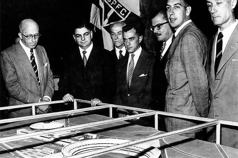 Laudo Natel, ao centro, em evento de apresentação da maquete do Morumbi, em 1956