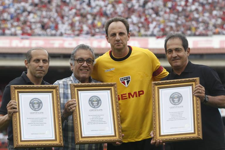 Natel, à esq., entrega certificados do Guiness Book ao goleiro Rogério Ceni, junto de Carlos Miguel Aidar e Muricy Ramalho