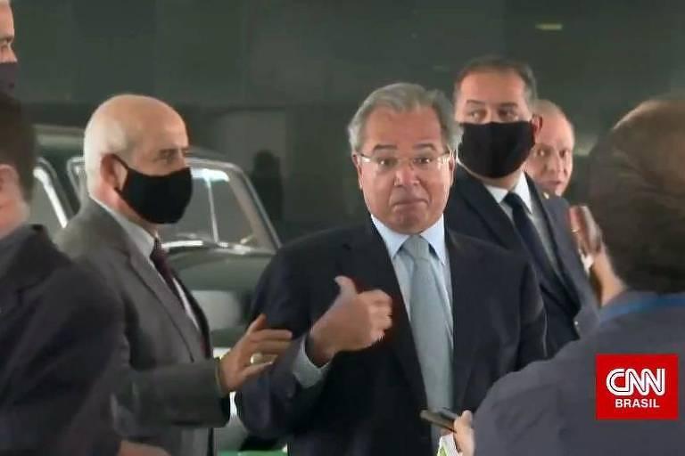 Paulo Guedes aponta para general enquanto é retirado de coletiva