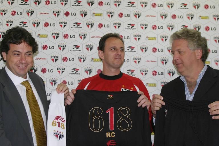 Julio Casares, à esq., apresenta camisa comemorativa de Rogério Ceni pelo recorde de jogos no São Paulo, em 2005