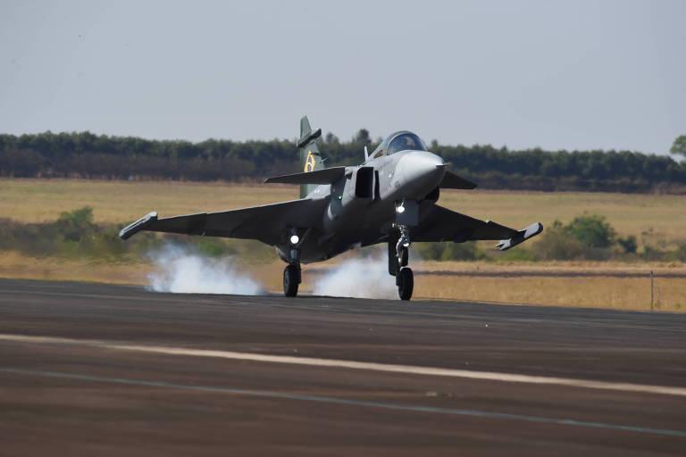 O primeiro caça Gripen brasileiro toca o solo em Gavião Peixoto (SP), após seu voo ...</div></div>                                         <div class=