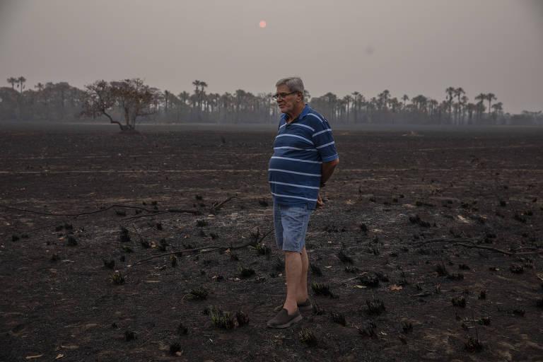 O pecuarista Pedro Oliveira Rodrigues observa um pasto queimado na fazenda São Francisco, que foi devastada por um incêndio