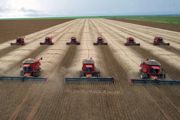 Tratores enfileirados em campo de soja em Campo Novo do Parecis, 400 km de Cuiabá (MT)