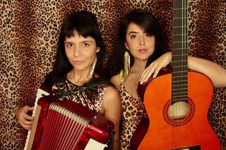 Renata Maciel e Livia La Gatto seguram sanfona e violão