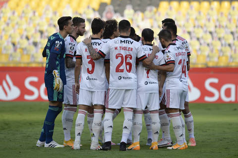 Brazil's Flamengo players get ready before the start of their closed-door Copa Libertadores group phase football match against Ecuador's Barcelona, at the Monumental Banco Pichincha stadium in Guayaquil, Ecuador, on September 22, 2020, amid the COVID-19 novel coronavirus pandemic. (Photo by RODRIGO BUENDIA / POOL / AFP)