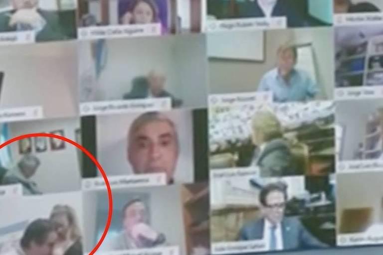 Deputado Juan Emilio Ameri beija seios de sua mulher durante sessão do Congresso argentino