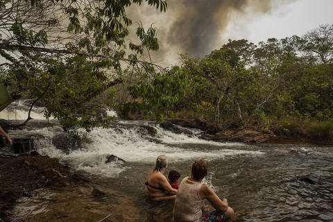 Banhistas e pescadores esportivos convivem com fogo no Pantanal