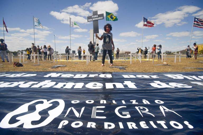 Membros da Coalização Negra por Direitos fazem protesto simbólico no gramado da esplanada dos Ministérios