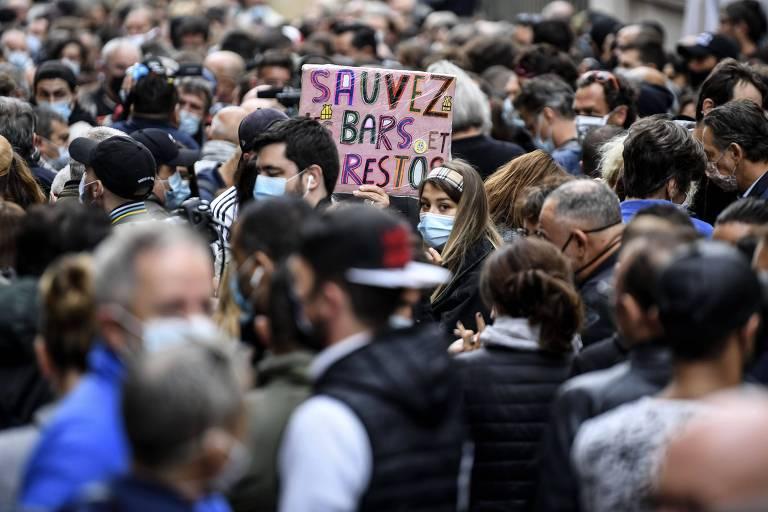Cartaz com a frase 'salvem os bares e os restaurantes' em manifestação na cidade de Marselha contra novas medidas para tentar barrar o coronavírus