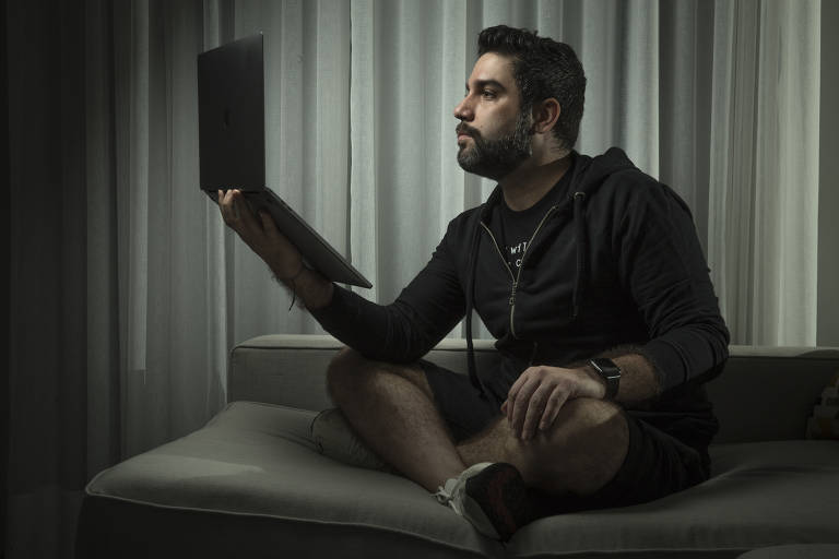 Retrato de Marcio Silva que trabalha como cibersegurança na IBM, em sua casa na zona sul de São Paulo