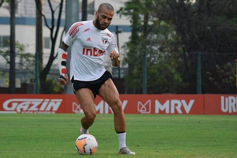 Daniel Alves durante treino do São Paulo