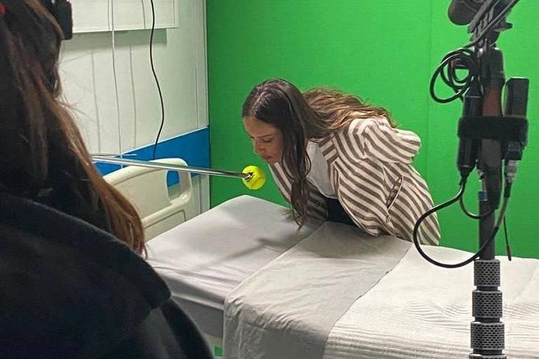 A atriz portuguesa Mariana Monteiro dá beijo em bola de tênia na gravação de novela durante a Covid-19