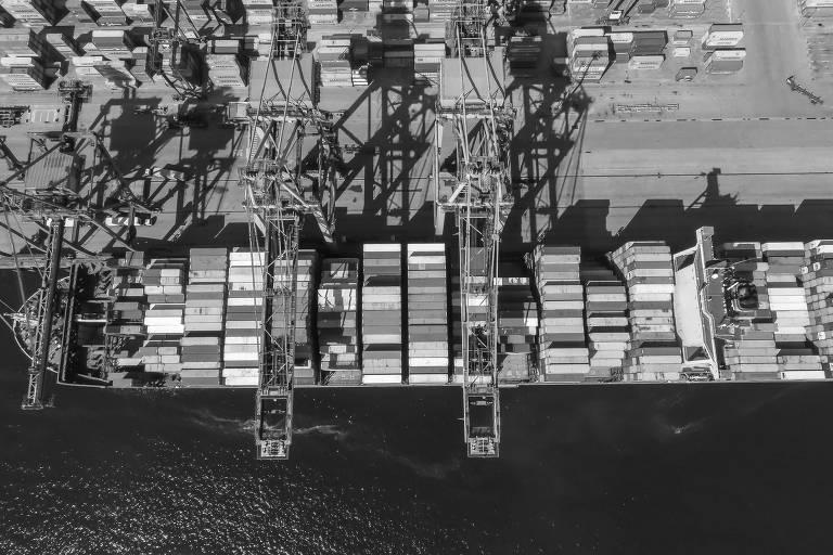 Navio no porto de Santos, com conteineres de mercadorias.