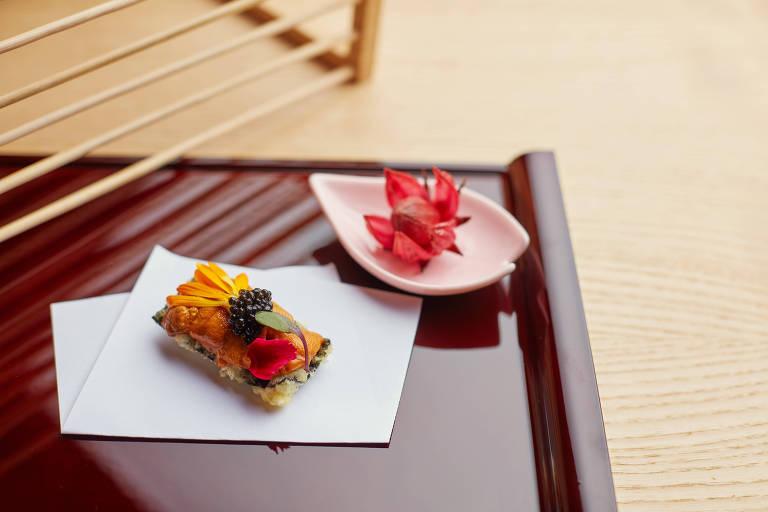 Tempura de pescado com nori, ouriço fresco, ameixa umeboshi desidratada, caviar e pétalas de flores da Primavera, do menu-degustação do Ryo