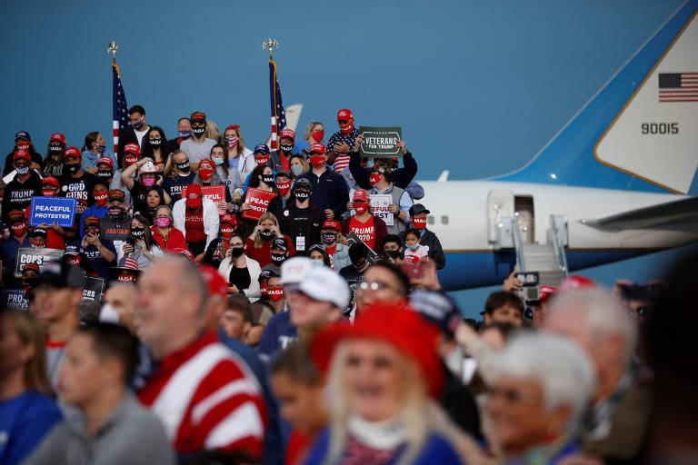 Apoiadores do presidente americano, Donald Trump, em comício na cidade de Fayetteville, na Carolina do Norte