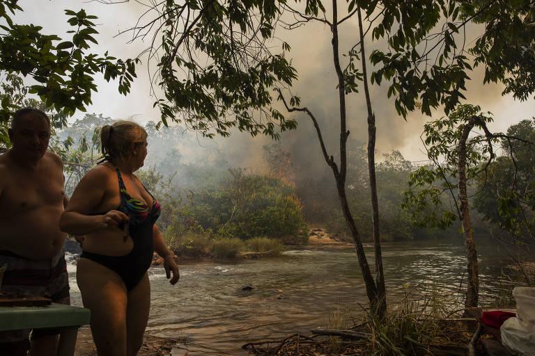 Turistas visitam Pantanal em meio a queimadas