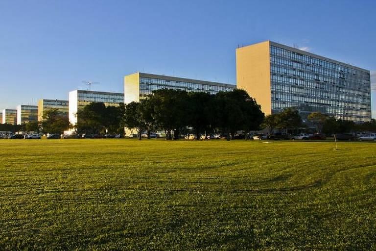 foto dos edifícios da explanada dos ministérios em brasília