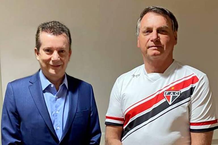O candidato Celso Russomanno (Republicanos) visita Jair Bolsonaro no hospital de SP; presidente vestiu camisa do Ferroviário-CE