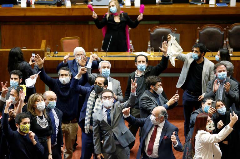 Parlamentares da oposição chilena celebram vitória no Congresso, em Valparaíso