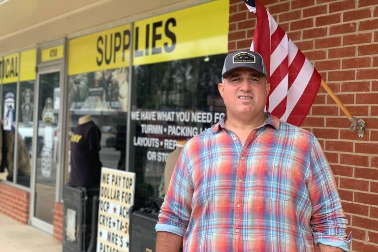 Anthony Elkin, apoiador de Donald Trump, em frente a loja de equipamentos militares em Fayetteville, na Carolina do Norte