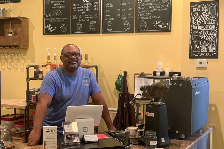 Wynton Mann, 50, dono de um café em centro comercial de Cary, subúrbio de Raleigh, na Carolina do Norte