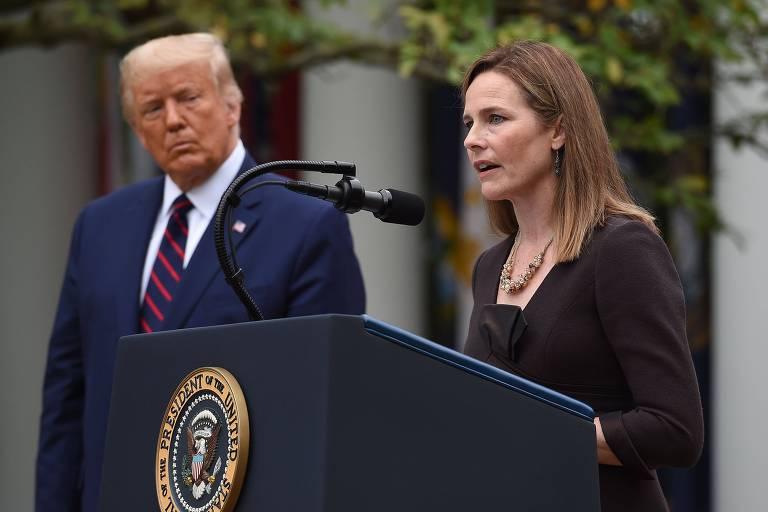 Ao lado de Donald Trump, a juíza Amy Coney Barrett, indicada à Suprema Corte, discursa nos jardins da Casa Branca, em Washington