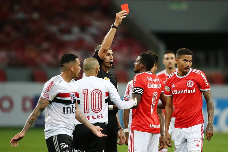 O árbitro Marcelo de Lima Henrique mostra cartão vermelho para Zé Gabriel, do Internacional