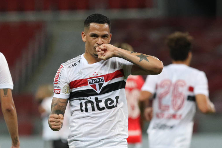 O atacante Luciano comemora o seu gol contra o Internacional, em Porto Alegre
