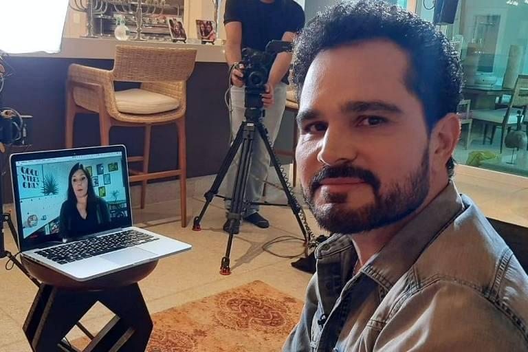 Luciano Camargo e repórter se emocionam com apresentação de álbum gospel
