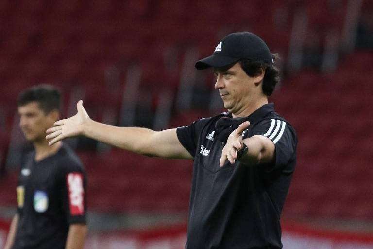 Fernando Diniz gesticula durante a partida entre São Paulo e Internacional, no Beira-Rio