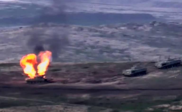Vídeo do Ministério da Defesa armênio mostra suposto veículo blindado azeri destruído
