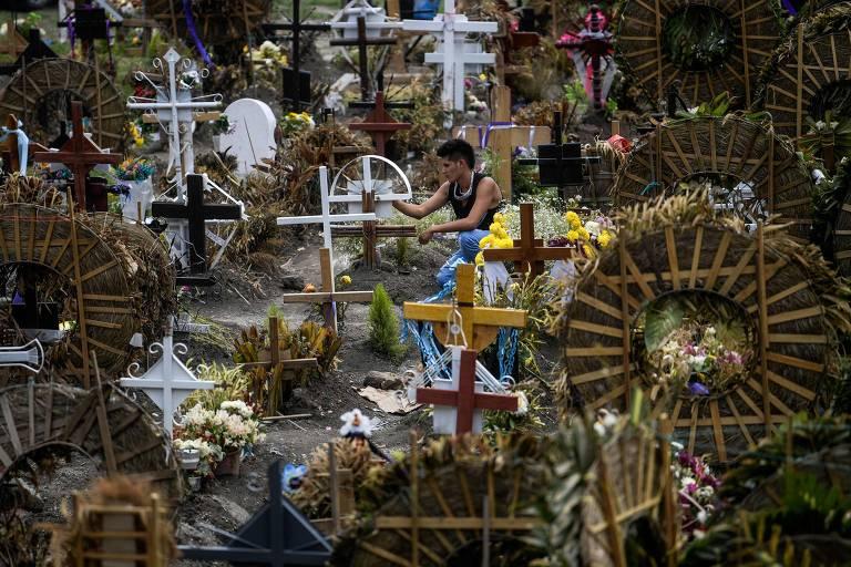 Homem visita cemitério em Valle de Chalco, no México