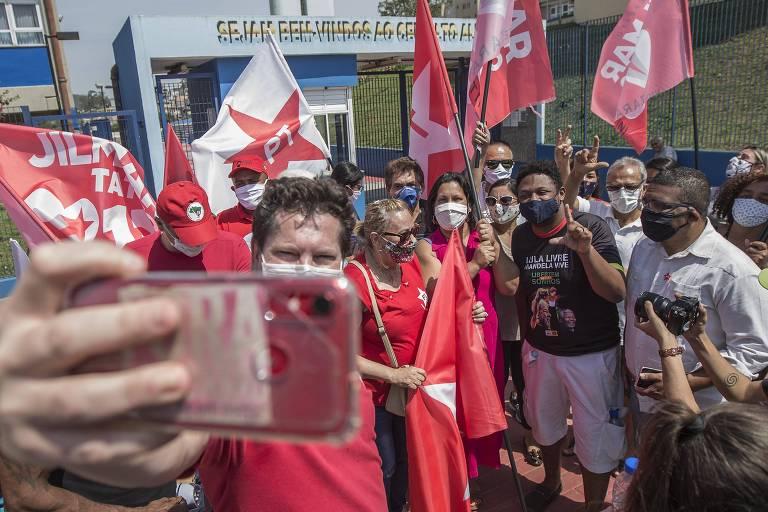 Jilmar Tatto, do PT, em campanha em São Mateus, zona leste de São Paulo