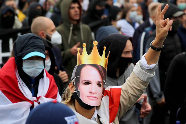 Manifestante usa máscara da principal candidata de oposição a Lukachenko na eleição presidencial, que ocorreu em agosto