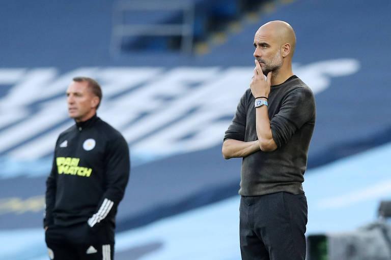 O técnico do Manchester City Pep Guardiola durante partida contra o Leicester neste domingo (27)