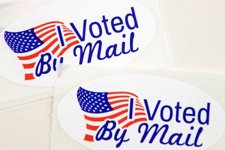 Adesivos com a frase 'eu votei pelo correio' em conselho eleitoral em Charlotte, na Carolina do Norte