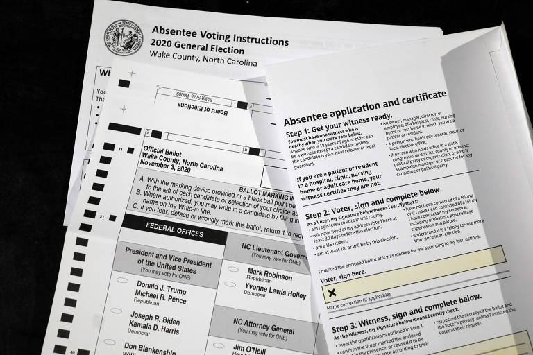 Cédula de votação por correspondência e formulários na cidade de Raleigh, na Carolina do Norte