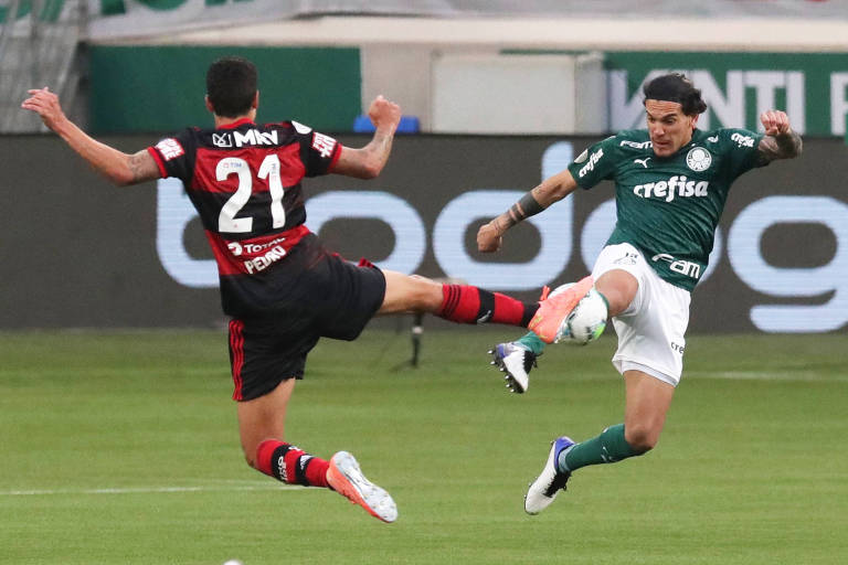Pedro, do Flamengo, disputa a bola com o zagueiro Gustavo Gómez, do Palmeiras