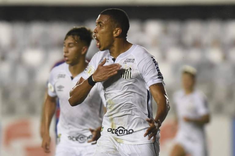 Madson comemora gol do Santos contra o Fortaleza