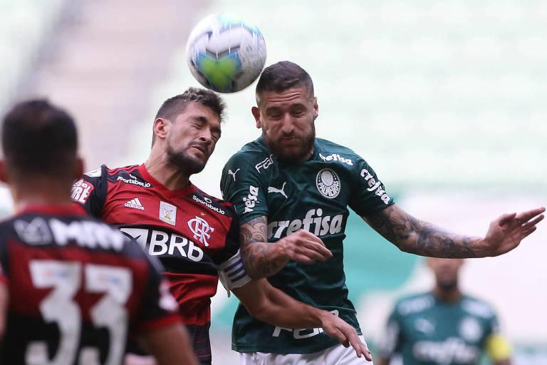 Zé Rafael disputa a bola pelo alto com Arrascaeta no empate entre Palmeiras e Flamengo