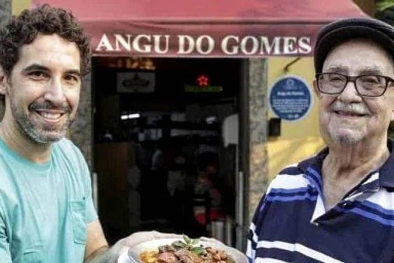 O empresário Basílio Augusto Moreira, morto aos 91, e o neto chef Rigo Duarte; os dois estão no restaurante Angu do Gomes e mostram o prato principal da casa, o angu