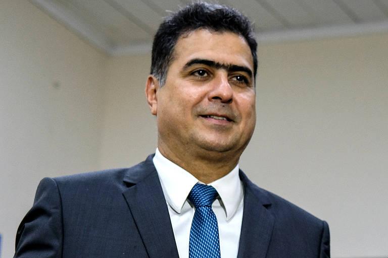 O candidato a prefeito Emanuel Pinheiro veste terno com gravata azul
