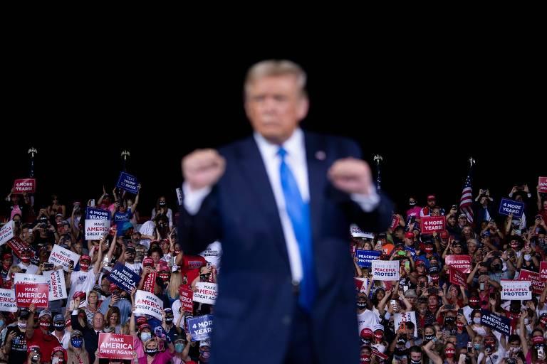 O presidente dos EUA, Donald Trump, dança em frente a apoiadores durante comício em Jacksonville, na Flórida