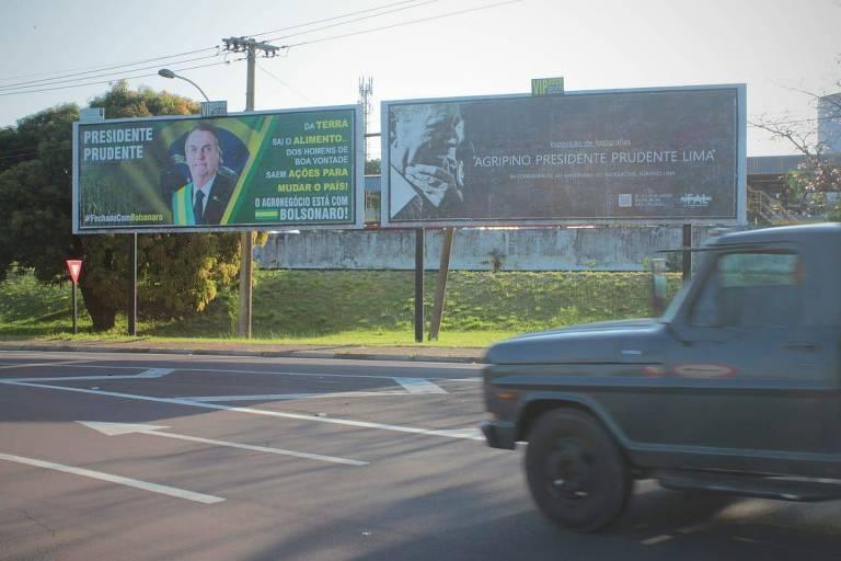 Outdoors com imagens de Bolsonaro e Agripino
