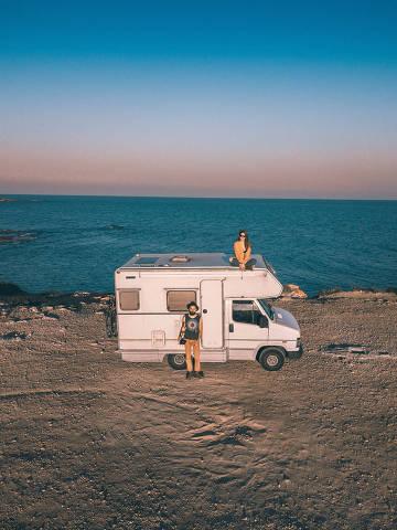 Casal que mora em um motorhome na Europa relata desafios da vida nômade